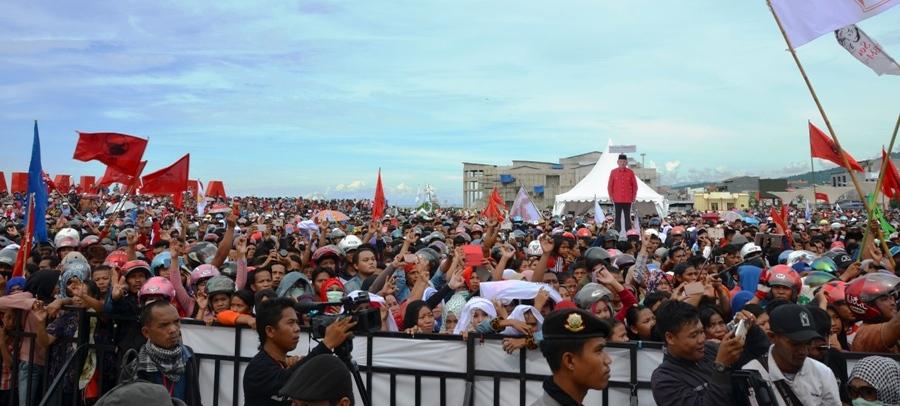 Massa pendukung Paslon 3 ABM-Enny memadati Anjungan Pantai Manakarra, Mamuju, Sulbar, Minggu sore, 8 Januari 2017. (Foto: Zulkifli)