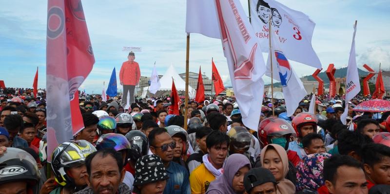 Tampak bendera Banteng Muda Sulbar bersama bendera sejumlah parpol pendukung ABM-Enny pada kampanye akbar di Mamuju kota, Minggu sore, 8 Januari 2017. (Foto: Zulkifli)