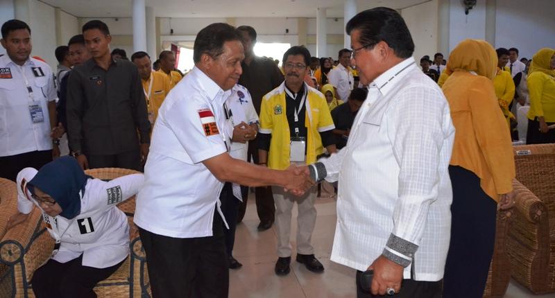 Salah satu Cawagub Sulbar Kalma Katta (kiri) sedang menerima jabatan tangan dari Gubernur Sulbar (2006 – 2016) Anwar Adnan Saleh sesaat sebelum acara Debat Publik yang dilaksanakan oleh KPU Sulbar, Polman, 11 Januari 2017. (Foto: Zulkifli)