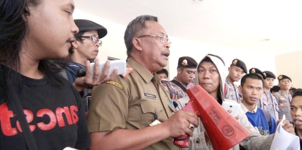 Plt. Kadis Perkebunan Sulbar Tanawali (sedang orasi) ketika menerima pengunjuk rasa di perkantoran Pemprov Sulbar, Selasa, 27 September 2016. (Foto: Andi Arwin)